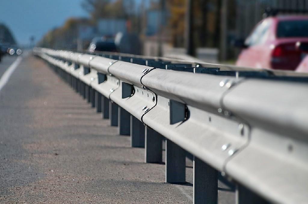Установка дорожного барьерного ограждения