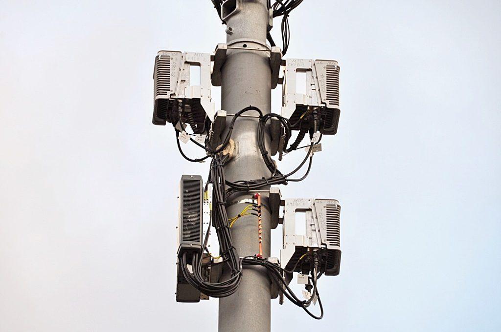 Столб опоры двойного назначения сотовой связи