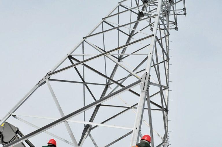 Установка опор линий электропередачи